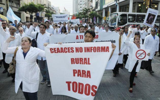 Médicos se movilizaron en Guayaquil. Foto: Ecuavisa.com