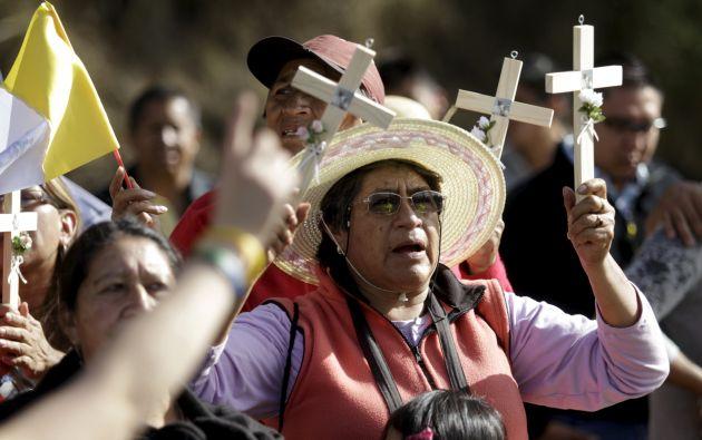Los fieles se aglutinaron en las calles de Quito para ver a Francisco. Foto: REUTERS.