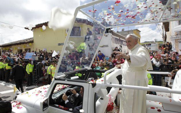 Francisco en recorrido en el papamóvil por El Quinche, en Ecuador. Foto: REUTERS.