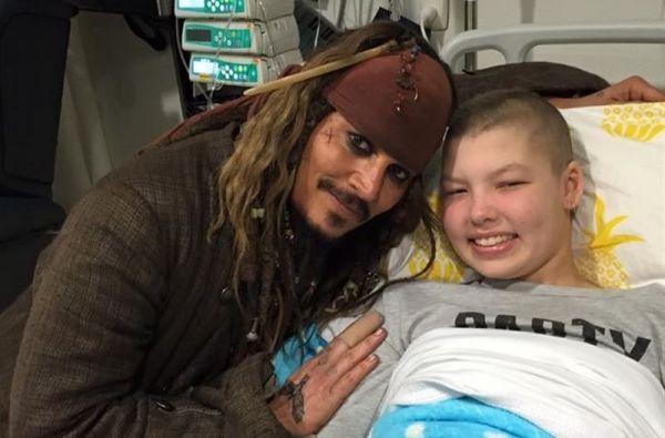 Johnny Depp junto a un paciente en su visita a un hospital de Australia.