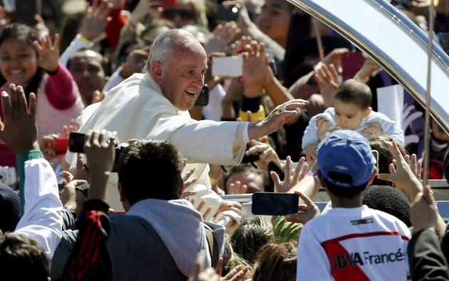 El papa en uno de sus recorridos por La Paz. Foto: REUTERS