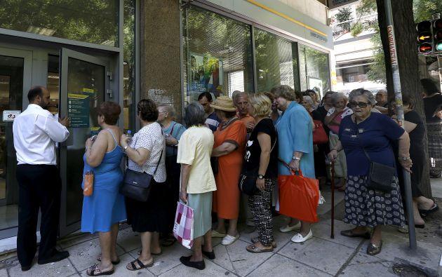 Largas filas en los exteriores de los bancos griegos. Foto: AFP