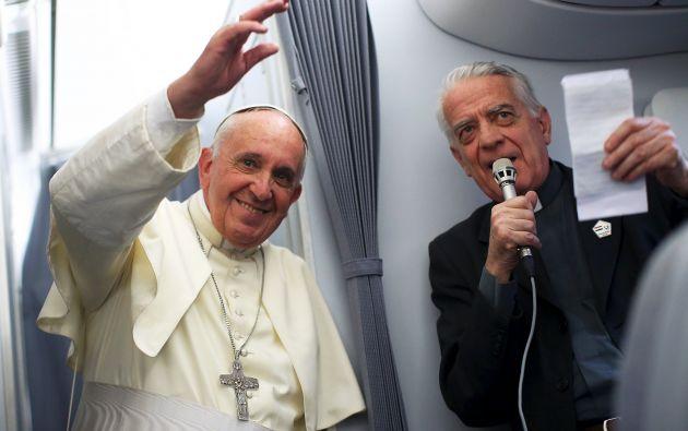 El papa Francisco y Federico Lombardi conversan con la prensa en su retorno a Roma. Foto: REUTERS.