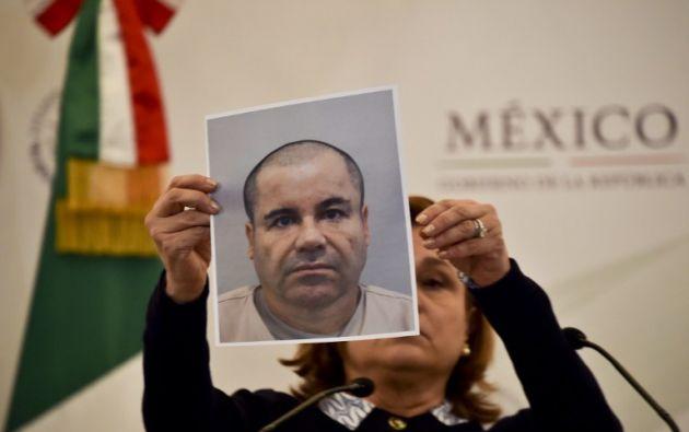 """La fiscal general de México, Arely Gómez, muestra una foto del narcotraficante """"El Chapo"""" Guzmán. Foto: AFP."""