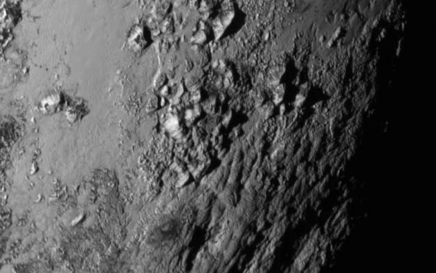 Detalle de las recién descubiertas cordilleras de Plutón. Foto: NASA-JHUAPL-SwRI