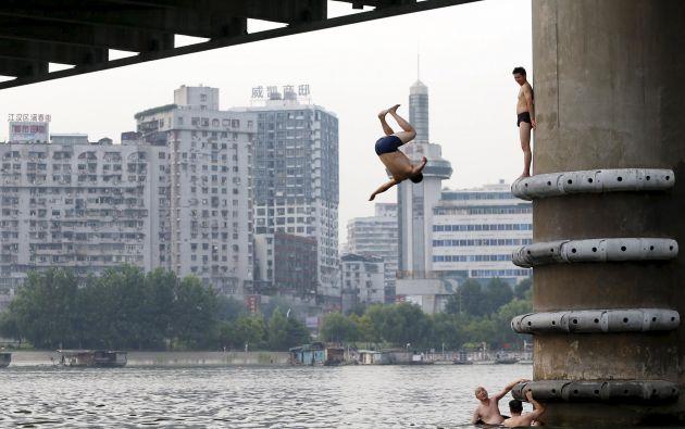 Un grupo de personas se refresca en el río en Wuhan, provincia de Hubei, en China. Foto: REUTERS.
