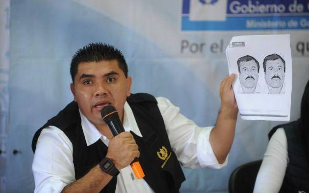 """Un agente en México muestra las fotos de cómo luce """"El Chapo"""". Foto: REUTERS."""