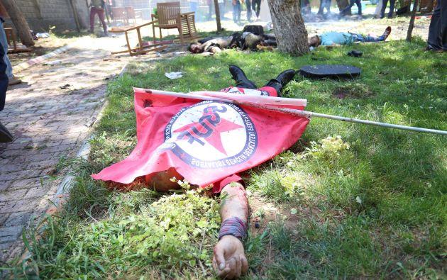 Una víctima del atentado con una bandera de la Federación de Asociaciones de Juventudes Socialistas. Foto: REUTERS.