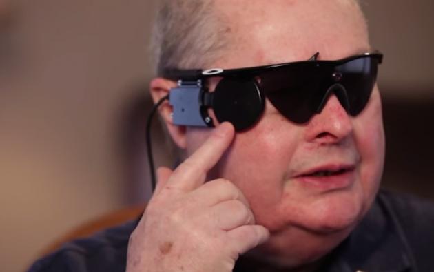 """Ray Flinn y el modelo de """"ojo biónico""""."""