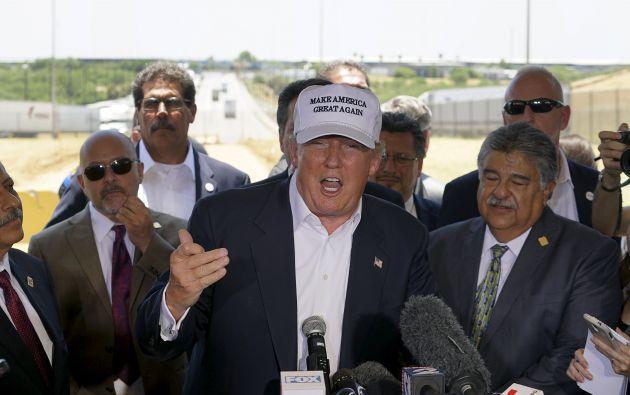 Trump durante la rueda de prensa que dio en la frontera, afuera de Laredo. Foto: REUTERS.