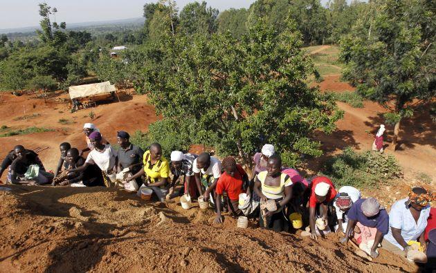 Mujeres trabajan en una mina en el pueblo de Kogelo, que vio nacer al padre del presidente de EE.UU. Foto: REUTERS.
