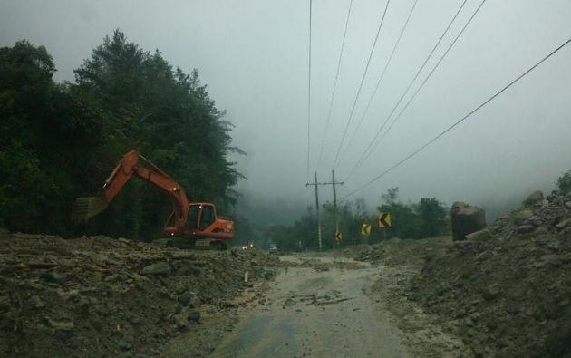 Maquinaria remueve la tierra de la vía Papallacta - Baeza (Napo). Foto: Ministerio de Obras Públicas