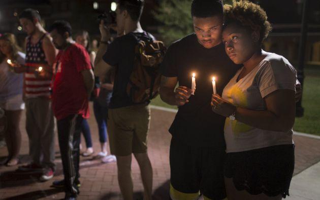 Sheldon Gilton (izquierda) y Brea Butler sostienen velas en una vigilia por los fallecidos en el tiroteo de Lafayette. Foto: REUTERS.