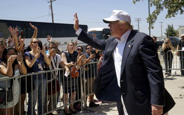 Donald Trump saluda con simpatizantes en Laredo. Foto: REUTERS.