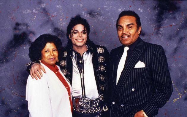 Michael Jackson y sus padres en 1988.