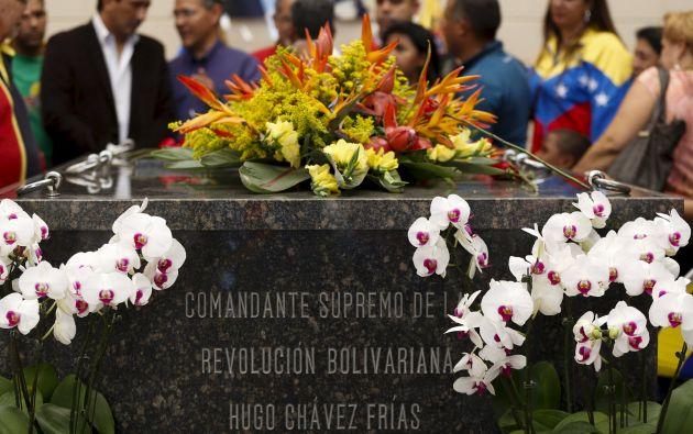 En Venezuela, simpatizantes dejaron flores en la tumba de Chávez. Foto: REUTERS
