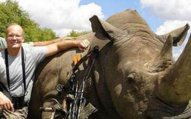 Walter Palmer junto al cuerpo de un rinoceronte.