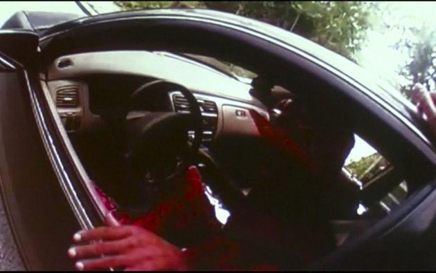 Una cámara muestra al oficial sacando a Samuel Dubose de su vehículo. Fotos: REUTERS.