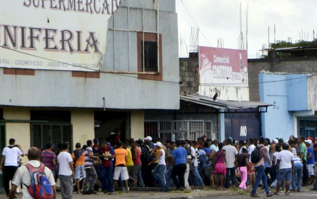 Un grupo de personas intenta entrar a un supermercado en San Félix, estado de Bolívar. Foto: REUTERS