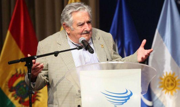 """Mujica comentó que se reunió con el papa Francisco """"para pedirle que le 'pudriera' la cabeza a los presidentes latinoamericanos (...) para que pongan atención en el fenómeno de la integración""""."""