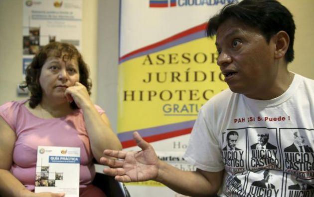 La presidenta de ADASEFI, Marcheline Rosero y su portavoz, Cesar Bolaño, en el consulado de Ecuador en Madrid. Foto: Ecuavisa.com