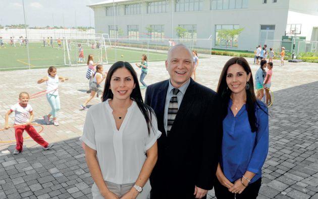 Toby Travis, director del Colegio Menor de Guayaquil, con las facilitadoras de educación inicial, Xiomara Ortega (izquierda) y de primaria, Cristina Cortez (derecha). Foto: José Dimitrakis