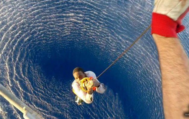 Un helioptero de la Marina de Italia rescata a un migrante en el Mediterráneo.Foto: REUTERS