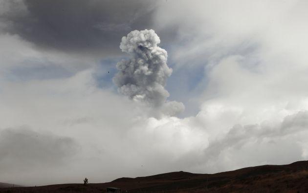 En las imágenes que se han obtenido del volcán no se aprecian columnas de emisión con alturas importantes. Fotos: REUTERS.