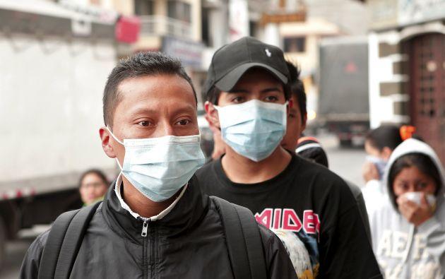 La presencia de ceniza en los sectores cercanos al volcán obliga a la población a usar mascarillas.