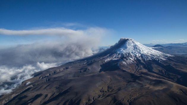 Foto aérea del volcán Cotopaxi arrojando cenizas el 18 de agosto de 2015. Foto: AFP