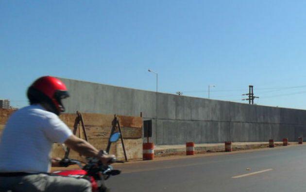 El muro se encuentra entre las ciudades de Posadas (Argentina) y Encarnación (Paraguay).