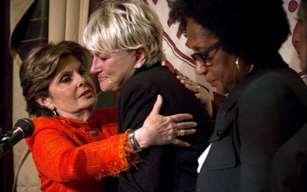 La abogada Gloria Allred (traje naranja) está representando a ambas mujeres, así como a otras supuestas víctimas. Foto: REUTERS