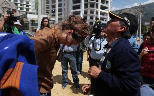 """La periodista franco-brasilera Manuela Picq recibió una """"limpia"""" antes de salir de Ecuador. FOTO API."""