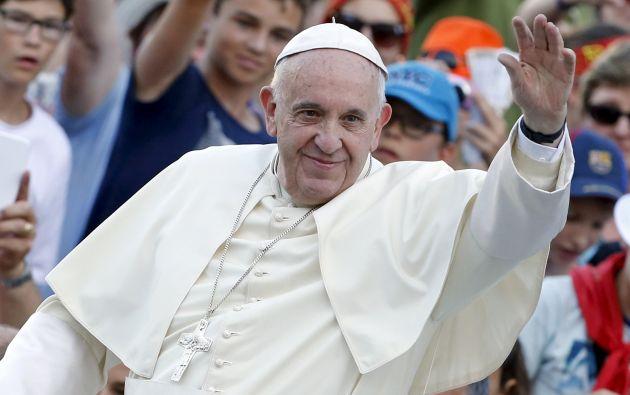El papa Francisco saluda a los fieles en el Vaticano. Foto: REUTERS.