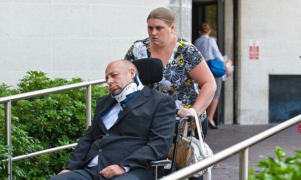 La esposa está siendo juzgada como cómplice de él.