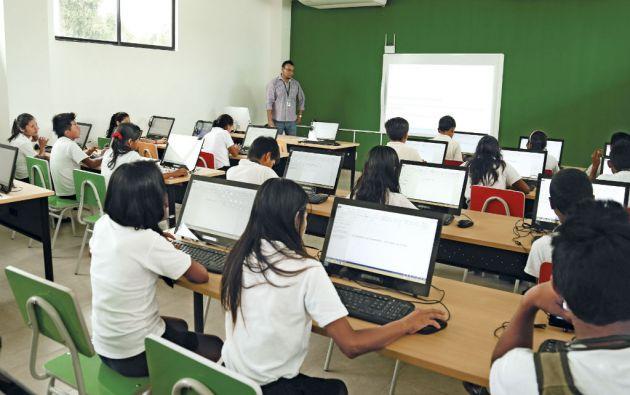 En puntualidad y asistencias de los maestros, Ecuador está encima del promedio regional. Sin embargo, la mayoría de los docentes recibe formación a distancia.
