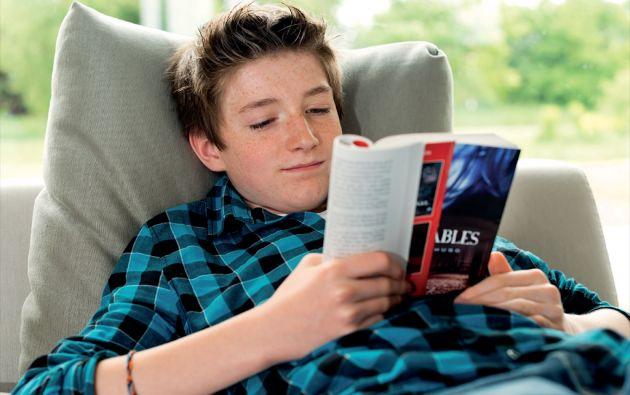 Los expertos recomiendan cultivar los buenos hábitos, como la lectura, desde temprana edad, ya que en la vida adulta desarrollarlos o cambiarlos es más difícil.