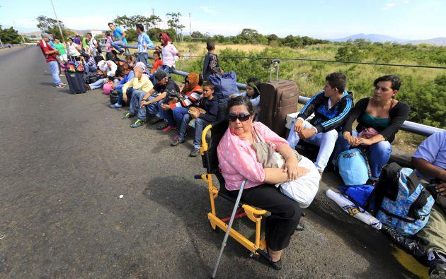 Un grupo de venezolanos esperan en fila, cerca de Villa del Rosario (Colombia) para cruzar a Venezuela. Foto: REUTERS.