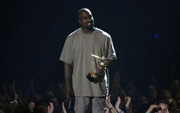Kanye West recibiendo su galardón en los MTV VMA 2015. Foto: REUTERS.