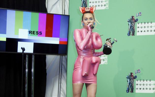 Miley Cirus entrevistada luego de su actuación como maestra de ceremonias. Foto: REUTERS.