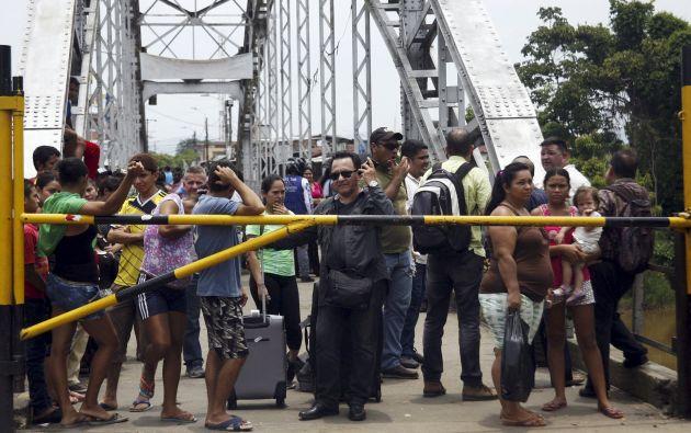 Un grupo de personas espera a poder cruzar de Venezuela a Colombia en la frontera, en Táchira. Foto: REUTERS.