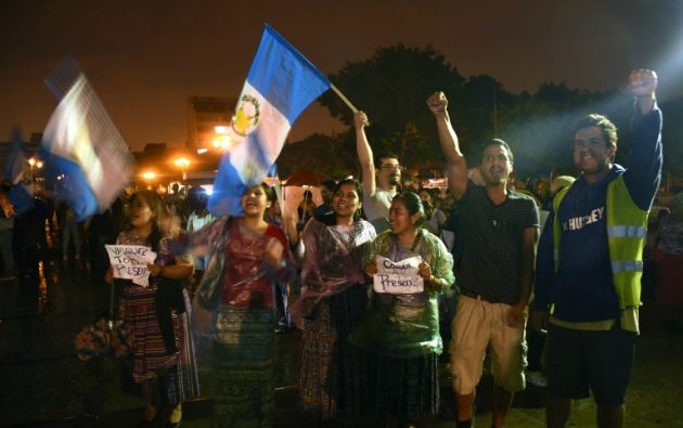 Guatemaltecos celebrando la renuncia de Pérez Molina. Foto: AFP.