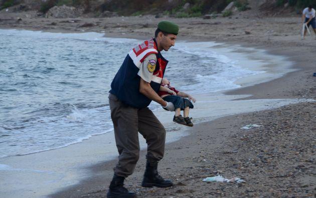 El cuerpo del niño fue encontrado en la playa turca de Bodrum tras el hundimiento de la embarcación de la que huía de Siria con su familia. Foto: REUTERS.