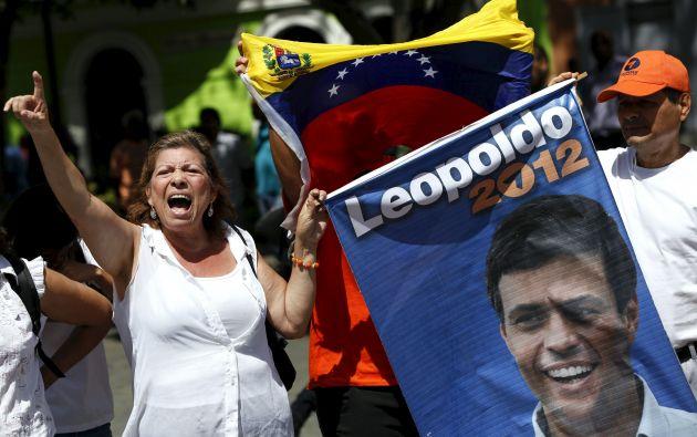 Un grupo de manifestantes muestran su apoyo a López fuera de la corte en Caracas. Foto: REUTERS.