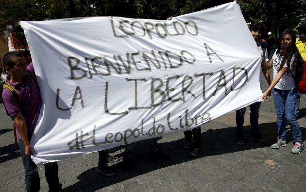 Simpatizantes de López muestran un cartel de apoyo fuera de la corte en Caracas. Foto: REUTERS.
