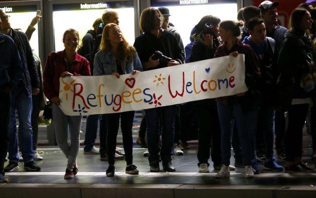 """Un grupo de alemanos porta un cartel que dice: """"Bienvenidos, refugiados"""". Fotos: REUTERS."""
