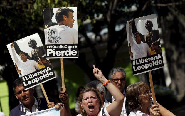 Simpatizantes de López con carteles de apoyo fuera de la corte en Caracas, el pasado 4 de septiembre. Foto: REUTERS.
