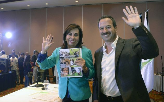 La candidata a la presidencia Sandra Torres, junto a su binomio, Mario Leal. Foto: AFP.