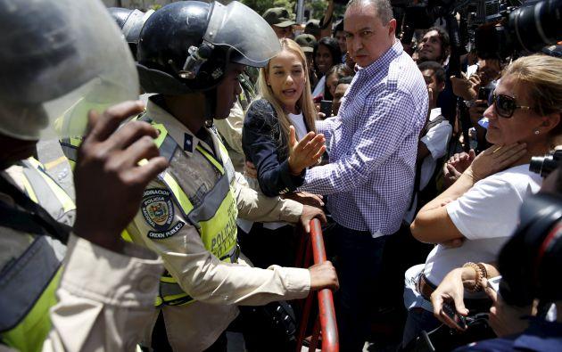 Tintori habla con los medios junto a la Policía, a su llegada a la corte. Foto: REUTERS.