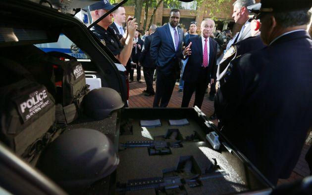 El alcalde de Nueva York revisa los equipos de la Unidad de Servicios de Emergencia.